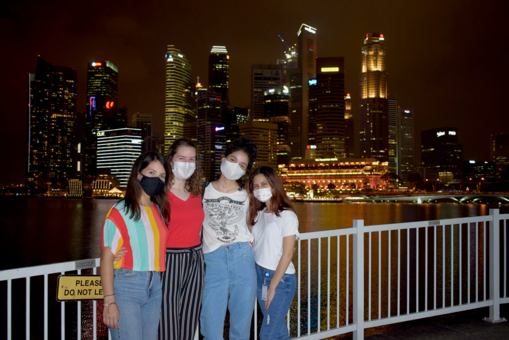 Milena und drei Freundinnen vor der Skyline in Singapur