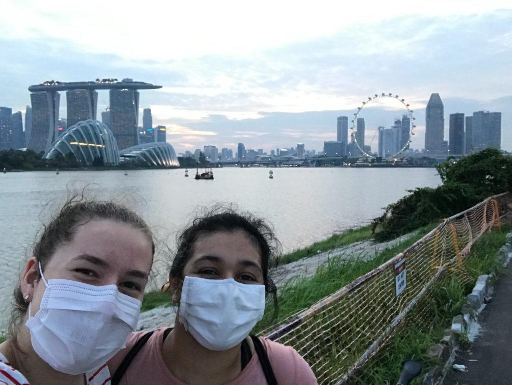 Milena und Siya vor der Skyline von Singapur