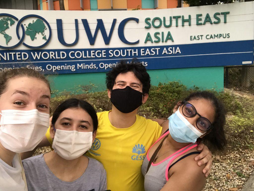 Meine Schnitzeljagdgruppe vor dem UWCSEA United World College South East Asia